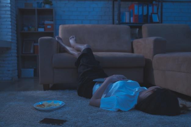 Mujer asiática ella trabaja desde casa. ella está durmiendo