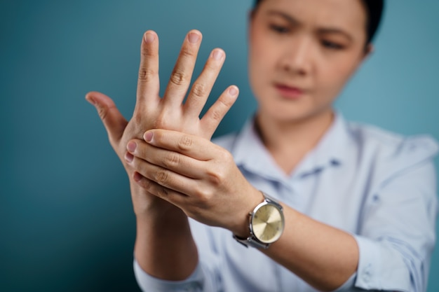 Mujer asiática enferma con dolor corporal al tocar su cuerpo