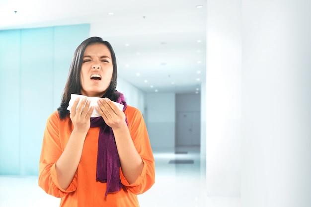Mujer asiática enfermarse de gripe