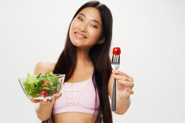 Mujer asiática con ensalada