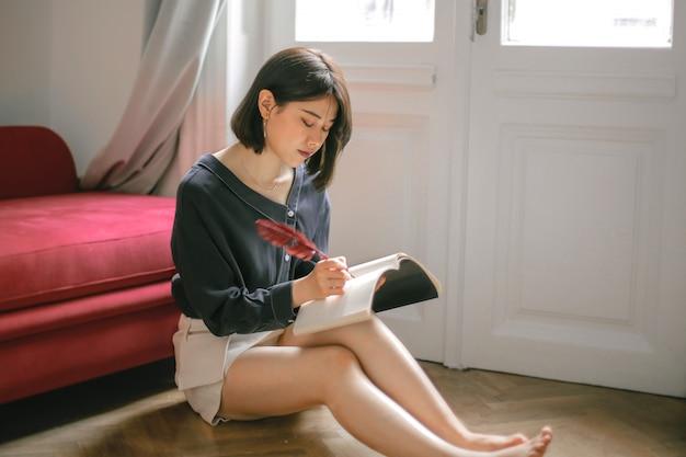 Mujer asiática escribiendo un diario