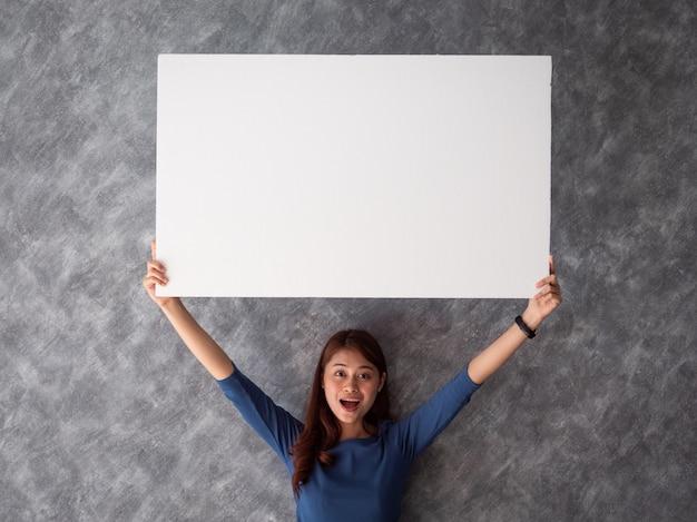 Mujer asiática con espacio de copia de bandera blanca