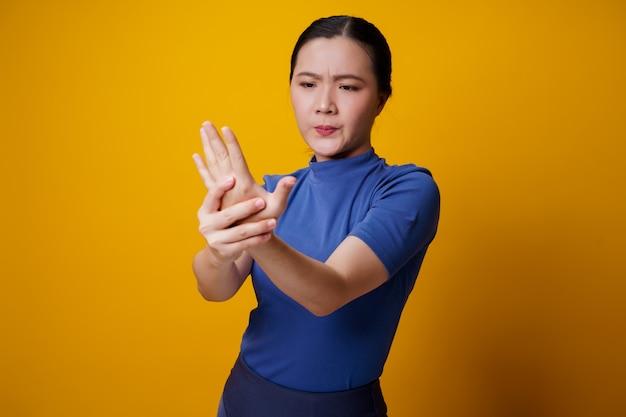 La mujer asiática estaba enferma de dolor corporal que le tocaba el cuerpo.