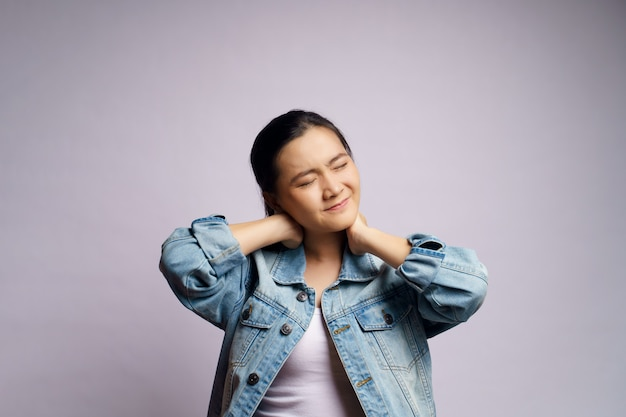La mujer asiática estaba enferma con dolor corporal tocándose el cuerpo y estando aislada.