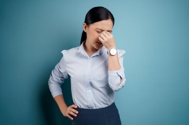 La mujer asiática estaba enferma con dolor en los ojos, irritación y picazón en los ojos, aislada.