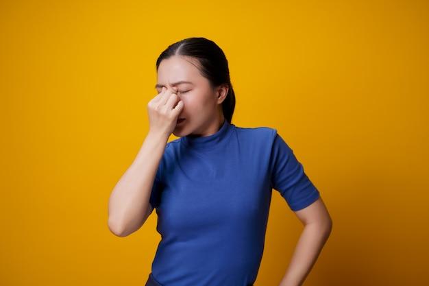 La mujer asiática estaba enferma con dolor en los ojos, irritación y picazón en los ojos.