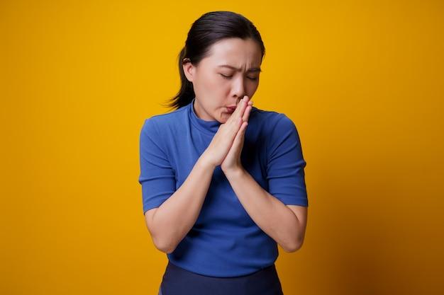 La mujer asiática estaba enferma de fiebre amarilla.