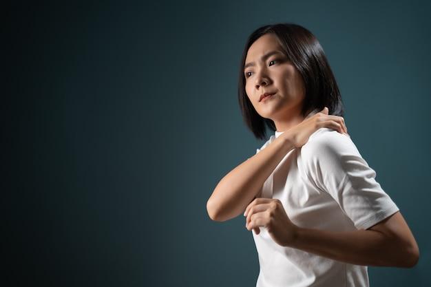 Mujer asiática estaba enferma con síndrome de oficina de dolor corporal y estaba aislada sobre azul