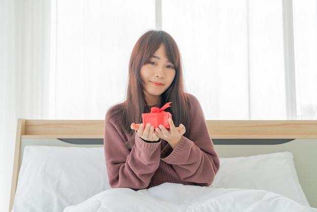 Mujer asiática feliz de recibir una caja de regalo