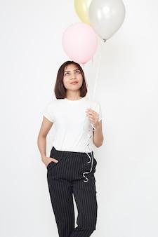 Mujer asiática con globos de aire