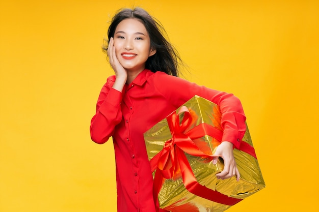 Mujer asiática con gran caja de regalo