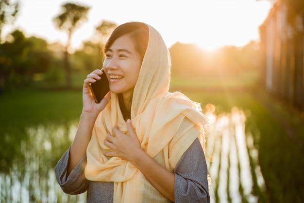 Mujer asiática hablando por teléfono