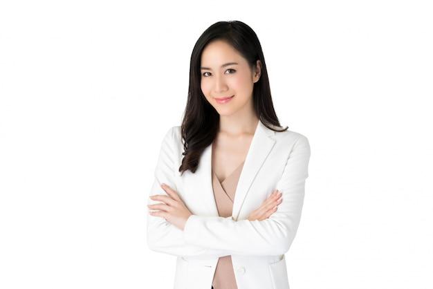 Mujer asiática hermosa confiada joven en el traje blanco