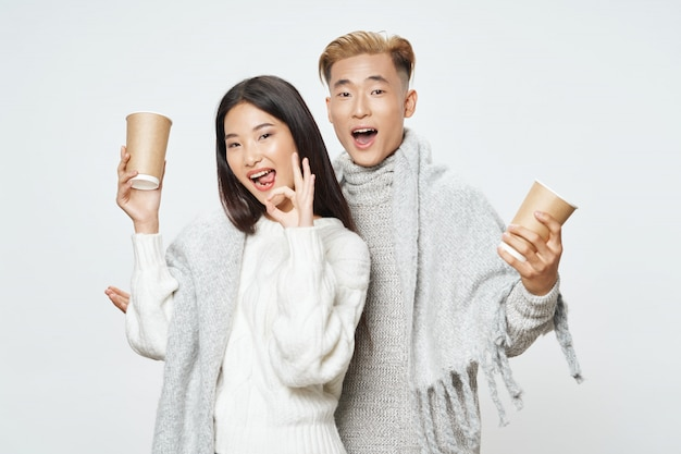 Mujer asiática y hombre posando modelo juntos
