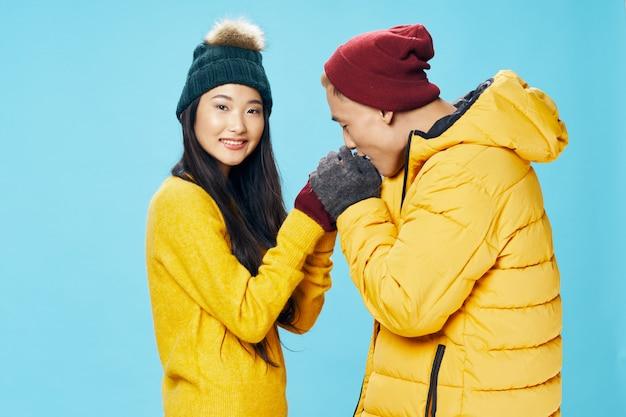 Mujer asiática y hombre en ropa de invierno