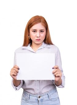 Mujer asiática insatisfecha que sostiene la bandera en blanco del libro blanco para protestado con la cara del ceño fruncido.