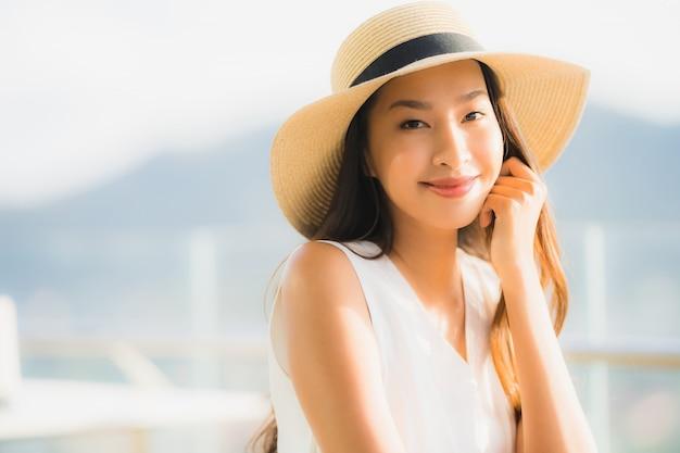 Mujer asiática joven hermosa del retrato que se sienta en el restaurante