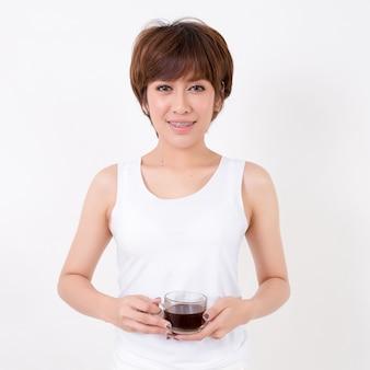 Mujer asiática joven hermosa con una taza de café.
