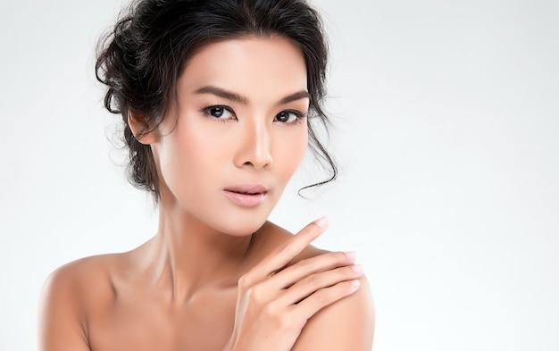 Mujer asiática joven con la piel limpia de la cara.