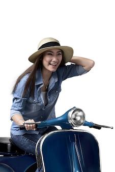 Mujer asiática joven que disfruta de montar la vespa