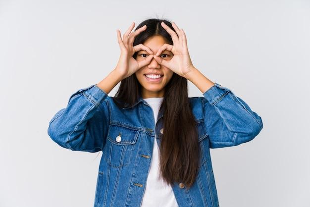 La mujer asiática joven que muestra muy bien firma encima de ojos