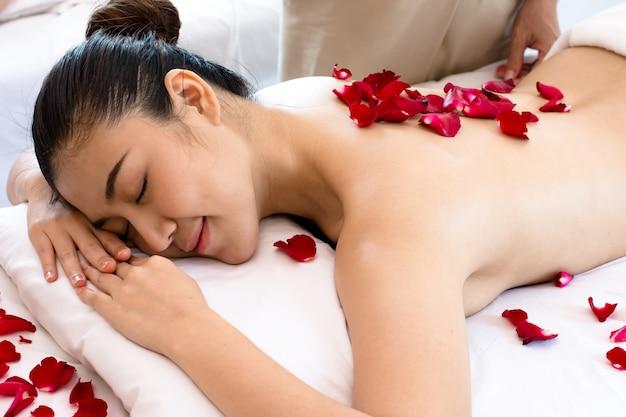 Mujer asiática joven que se relaja en el balneario.