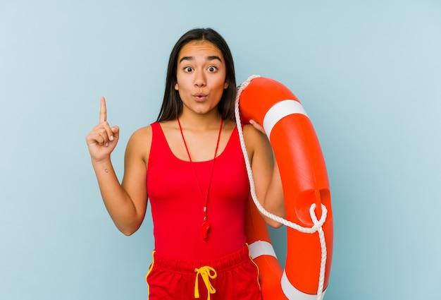 La mujer asiática joven del salvavidas aisló tener una gran idea, concepto de creatividad.