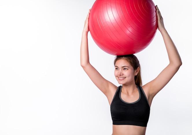 Mujer asiática jugar yoga sobre fondo blanco en estudio, aspecto energético y saludable