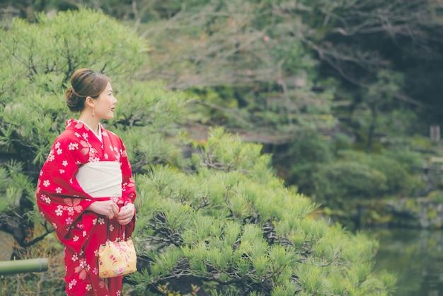 Mujer asiática con kimono en japón