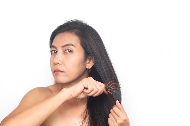 Mujer asiática largo cabello negro sobre fondo blanco. salud y cirugía