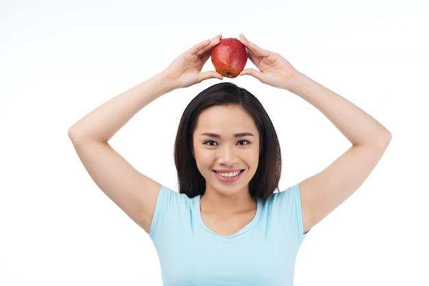 Mujer asiática con manzana roja