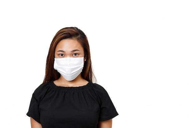Mujer asiática con mascarilla para protección contra coronavirus en blanco
