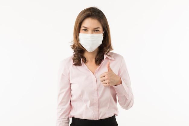 Mujer asiática con mascarilla quirúrgica