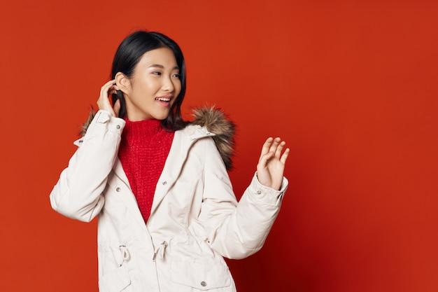 Mujer asiática en modelo de presentación de superficie de color brillante