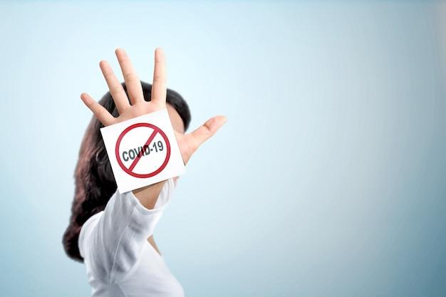 Mujer asiática mostrando parada gesto de la mano para coronavirus