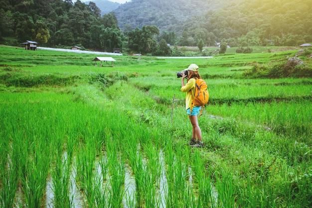 Mujer asiática en la naturaleza