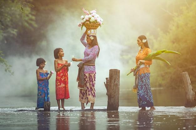 Mujer asiática y niño cultura tradicional tailandesa.