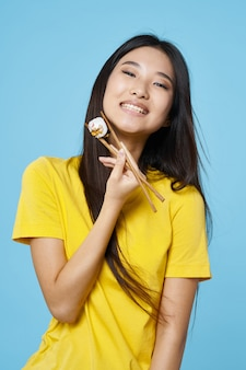 Mujer asiática posando con retrato de comida, sushi