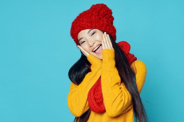 Mujer asiática posando con ropa de invierno