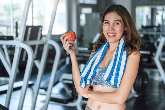 Mujer asiática que come la manzana sana. concepto de estilo de vida dieta de salud.