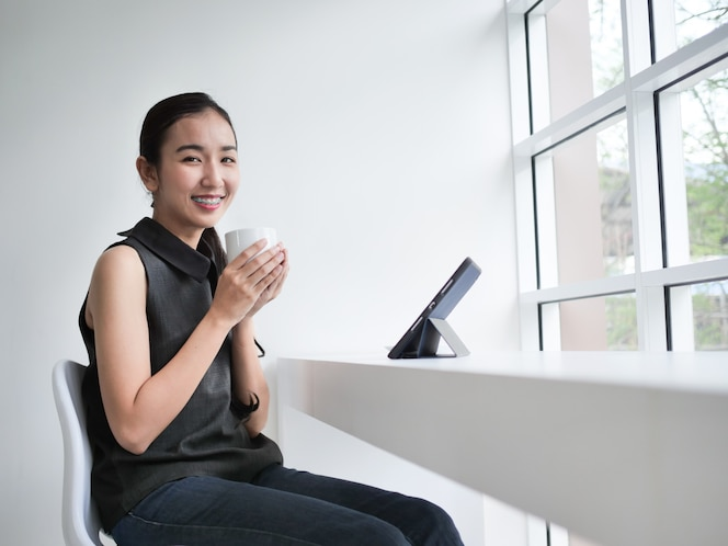 Ordenador port til con caf en escritorio de oficina for Follando en la oficina gratis