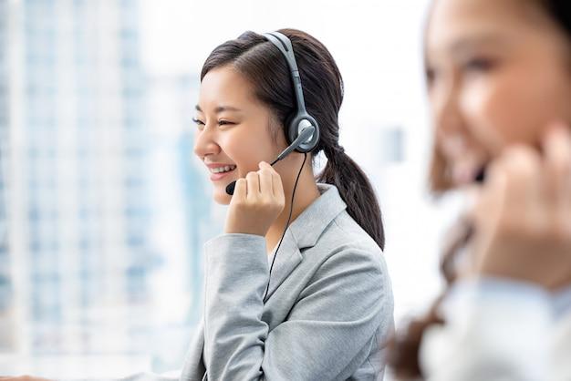 Mujer asiática que trabaja en la oficina del centro de llamadas