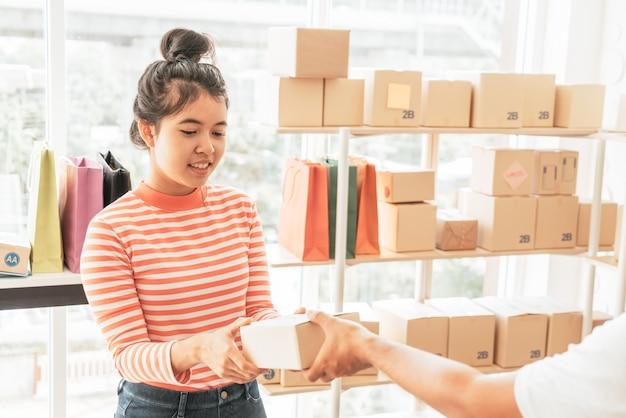 Mujer asiática recibiendo paquete de entrega