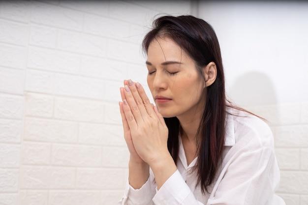 Mujer asiática rezando a dios por la mañana, espiritualidad y religión, conceptos religiosos.