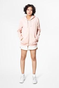 Mujer asiática en ropa deportiva chaqueta naranja pastel cuerpo completo