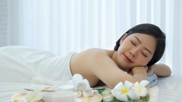 Mujer asiática en el salón de spa