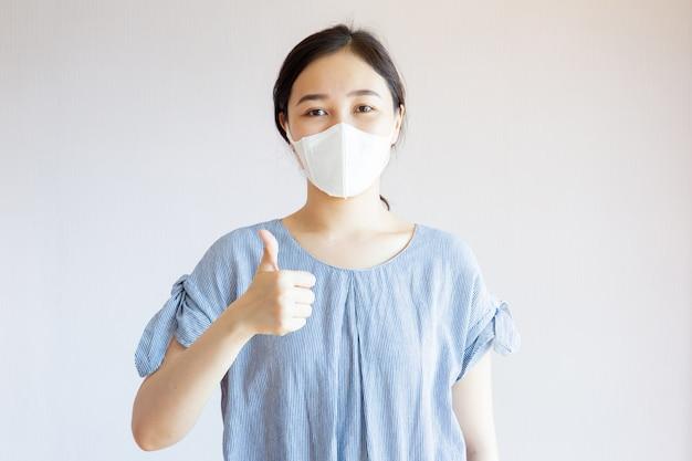 Mujer asiática sana con máscara