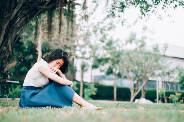 Mujer asiática sentada sola y deprimida, retrato de mujer joven cansada. depresión