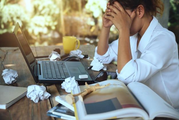 Mujer asiática sentada trabajando estresado