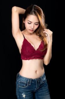 Mujer asiática sexy en jeans.
